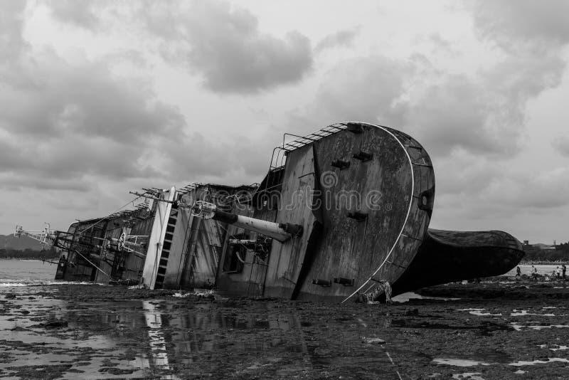 被弄翻的Bangkai Kapal FV北欧海盗船 免版税库存图片