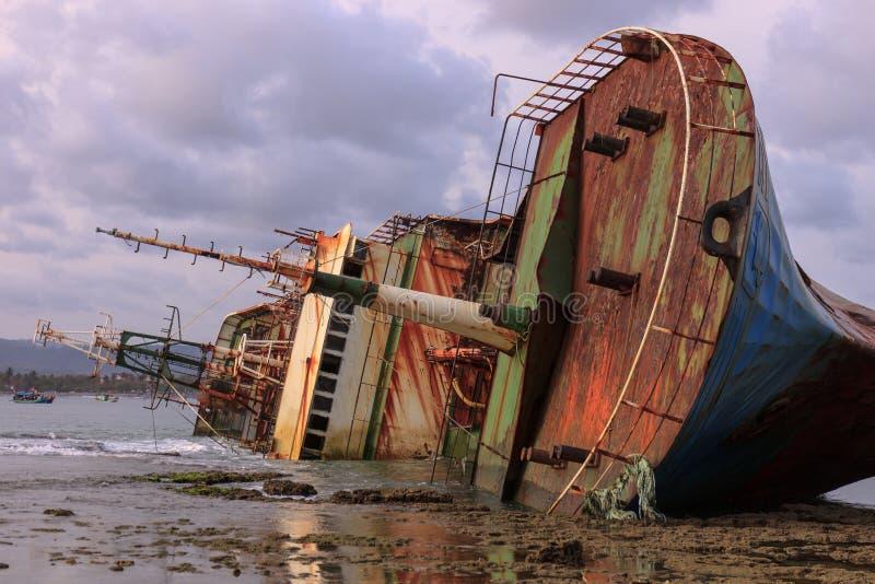 被弄翻的Bangkai Kapal FV北欧海盗船 库存图片