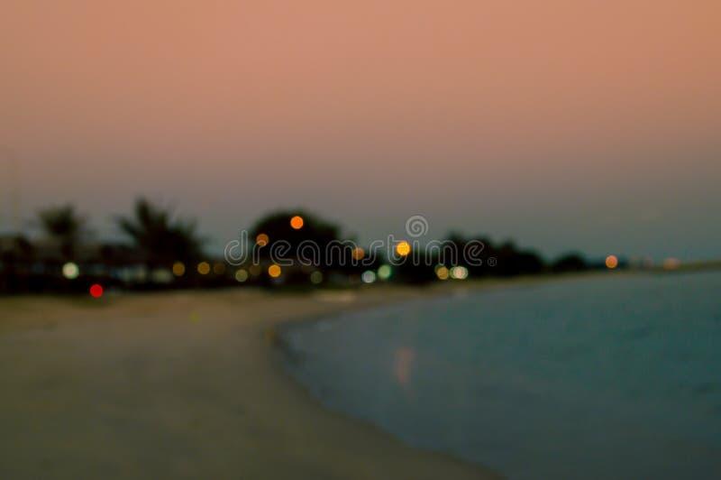 被弄脏在夜海滩的平房照明设备美丽的 免版税库存图片