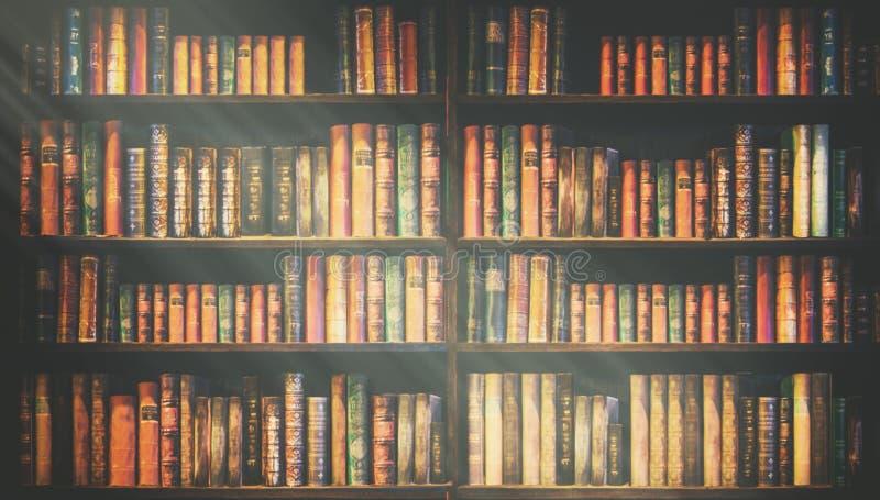 被弄脏的书架许多旧书在书店或图书馆 免版税库存照片