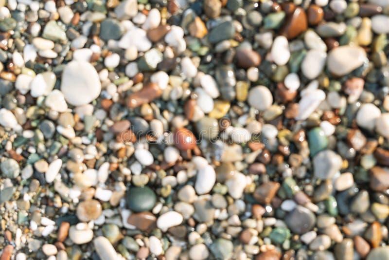 被弄脏的五颜六色的小海石头小卵石背景 多彩多姿的抽象海滩自然样式 免版税库存照片