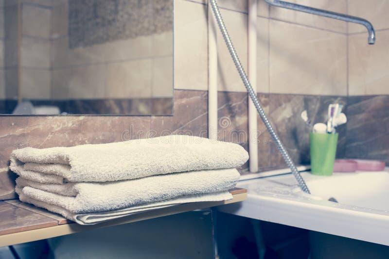 被弄脏的卫生间内部背景和白色温泉毛巾在大理石 库存图片