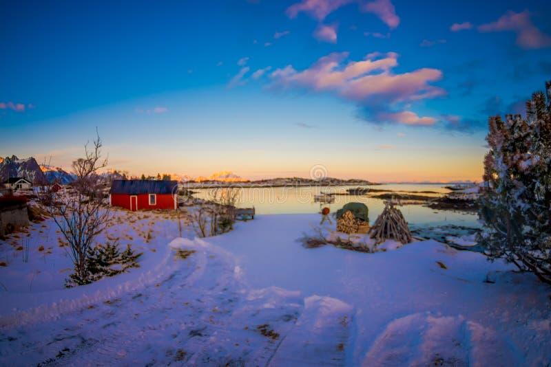 被弄脏的图片室外看法与站立在华美的日落的雪的金属结构的与堆  库存图片