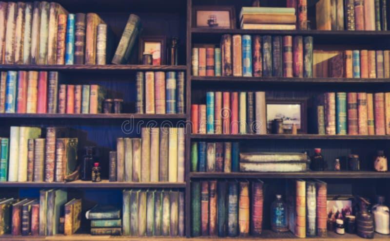 被弄脏的图象在书架的许多旧书在图书馆里 免版税库存图片