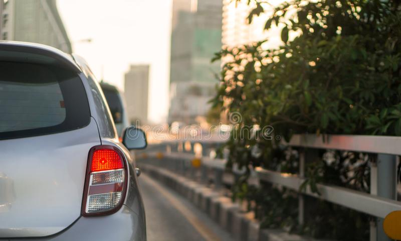 被弄脏的堵车和汽车刹车灯在曼谷,泰国在与阳光和拷贝空间的晚上 库存图片