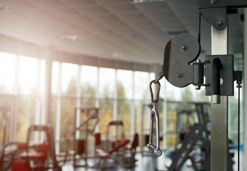 被弄脏的空的健身房内部用设备 库存照片