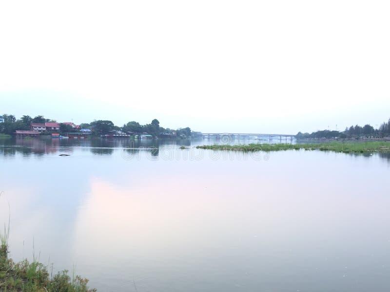 被弄脏的背景砰河在晚上 库存照片