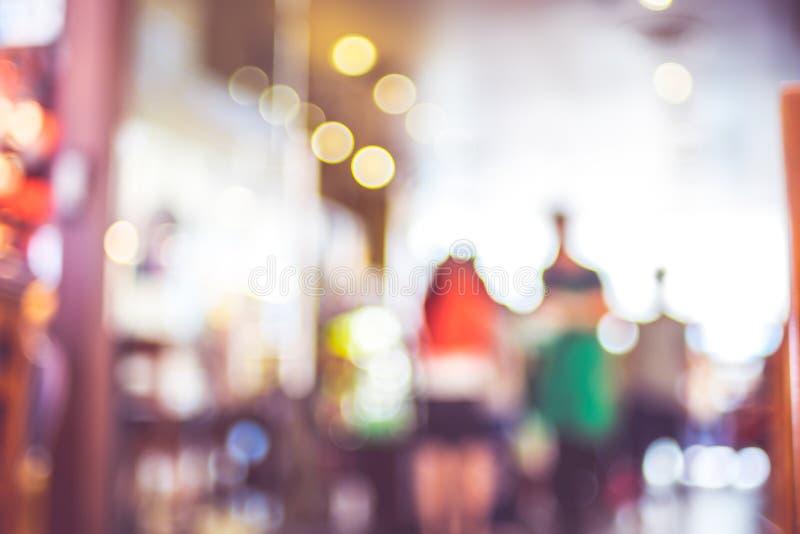 被弄脏的背景:人们在咖啡店迷离背景中与 免版税库存图片