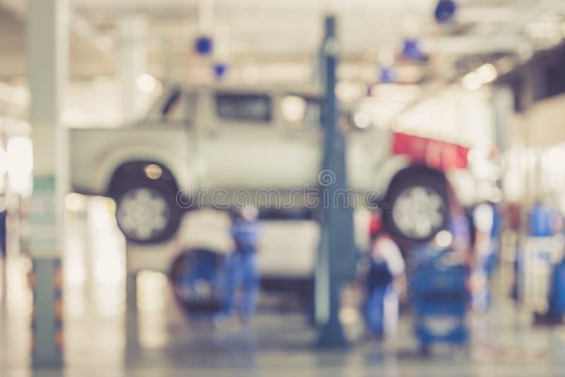 被弄脏的背景:修理在车库的泰国人汽车 库存照片