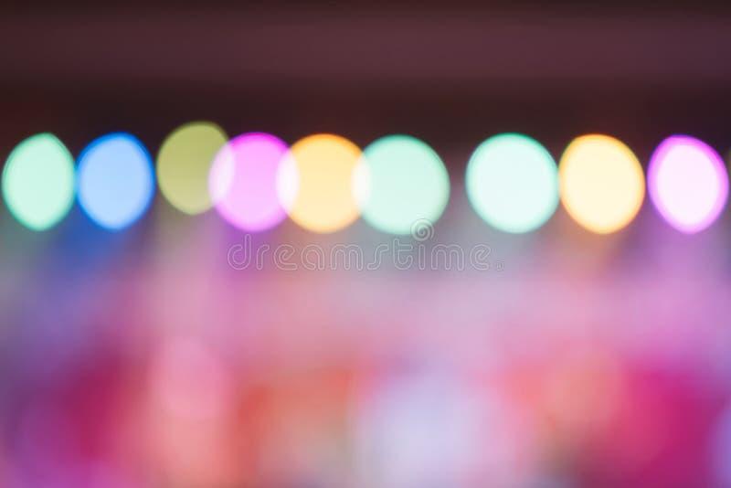 被弄脏的背景:协力观众的Bokeh照明设备,音乐娱乐业概念 库存照片