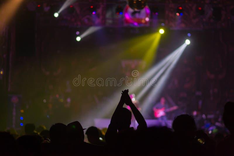 被弄脏的背景:在室外音乐会的Bokeh照明设备与欢呼的观众 库存照片