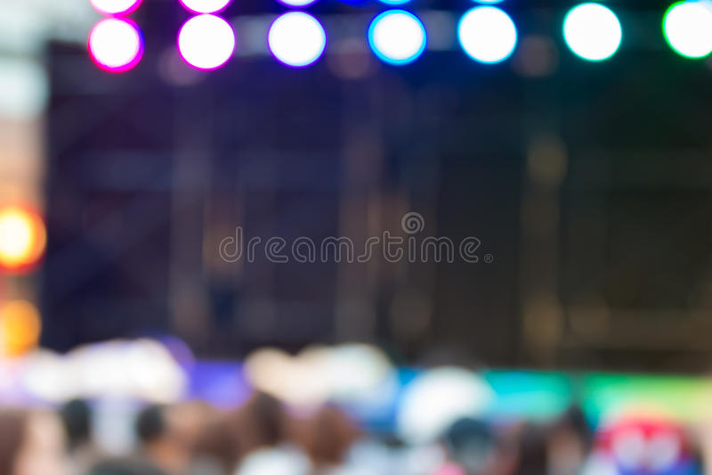 被弄脏的背景:在阶段的Bokeh照明设备与舞蹈娱乐业 免版税库存图片