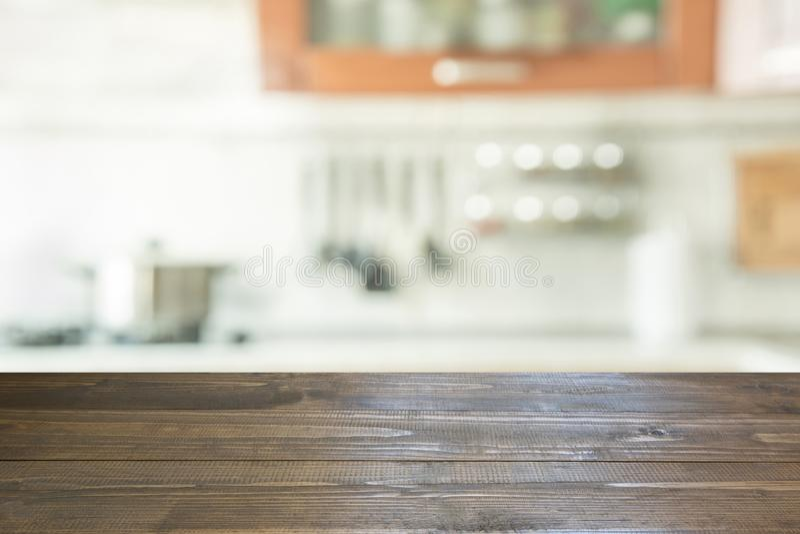 被弄脏的背景 有桌面的现代您的厨房和空间 免版税库存照片