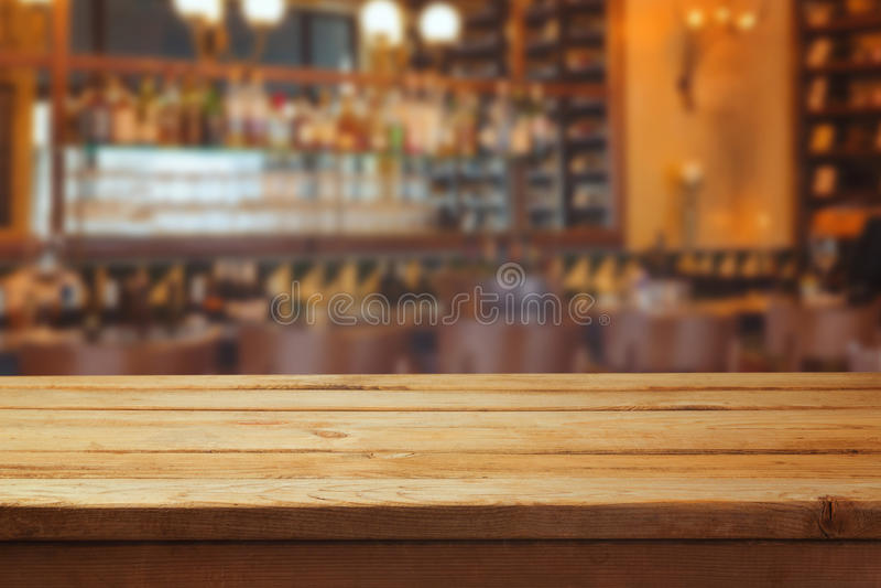 被弄脏的酒吧内部和木柜台 库存照片