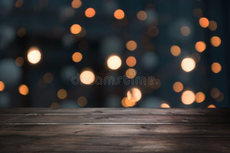 被弄脏的金诗歌选和木桌面作为前景 显示的图象您的圣诞节产品 免版税库存图片