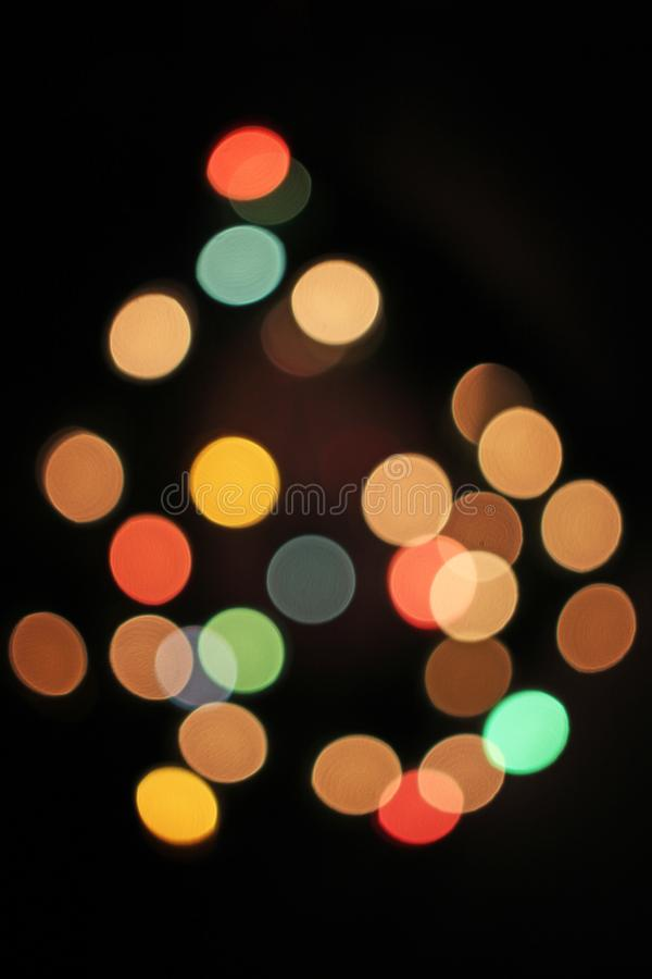 被弄脏的defocused圣诞灯光bokeh背景 五颜六色的红色黄色蓝绿色de聚焦了闪烁的样式 库存照片