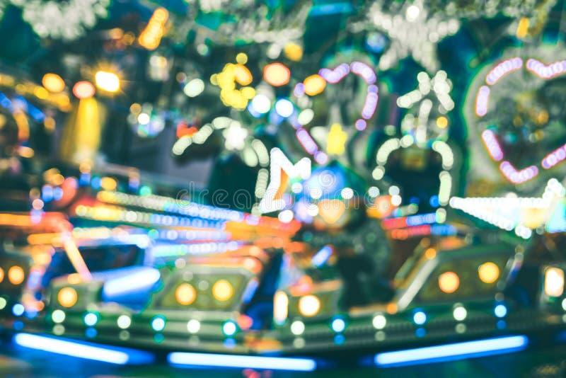 被弄脏的defocused bokeh点燃在圣诞节月神公园转盘 免版税库存图片