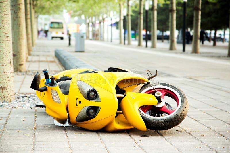 被弄翻的摩托车 免版税图库摄影