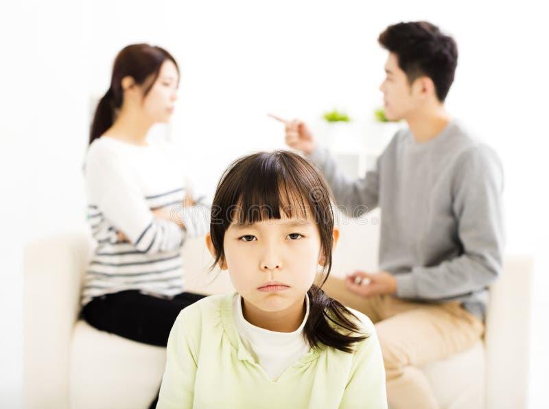 被弄翻的父母战斗和小女孩 库存照片