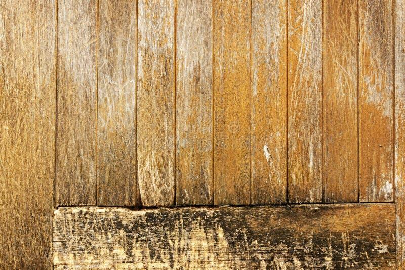 被忽略的被风化的损坏的木门Panal样式和Textur 库存照片