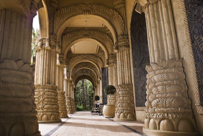 被成拱形的城市入口失去的宫殿 免版税库存图片