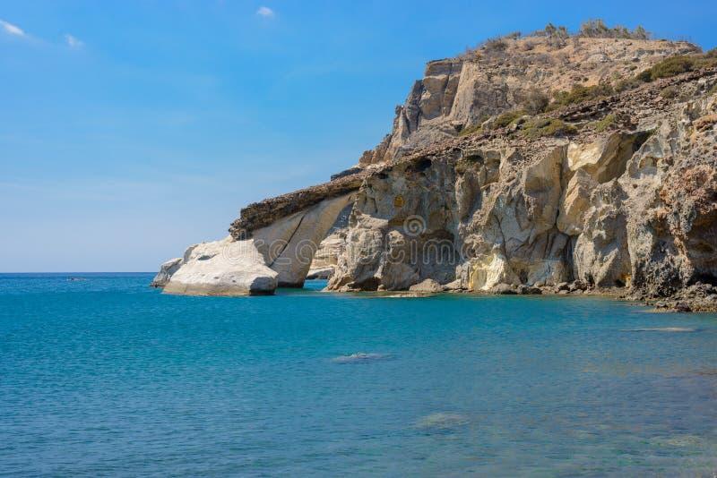 被成拱形的岩层, Gerontas海滩, Melos希腊 图库摄影