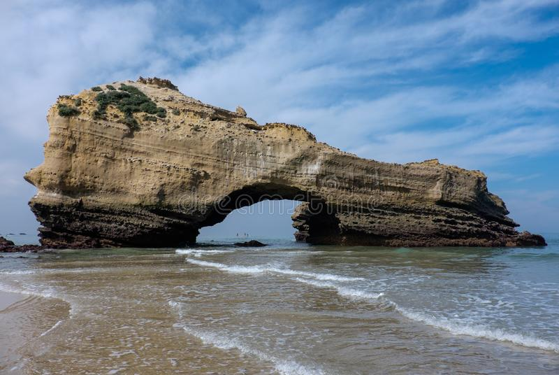 被成拱形的岩石低潮中在海滩比亚利兹,法国 免版税图库摄影
