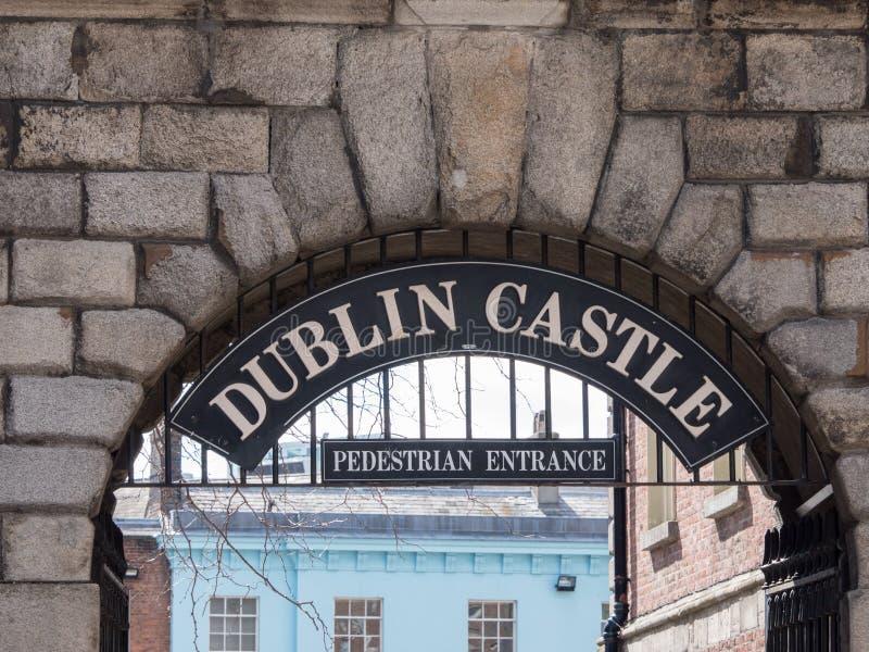 被成拱形的步行入口向都柏林堡,爱尔兰 免版税库存照片