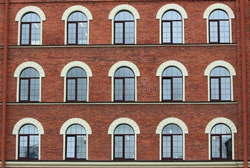 被成拱形的砖房子窗口 免版税库存图片