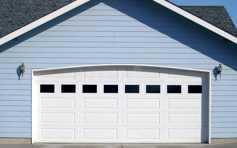 被成拱形的门停车库空缺数目 图库摄影