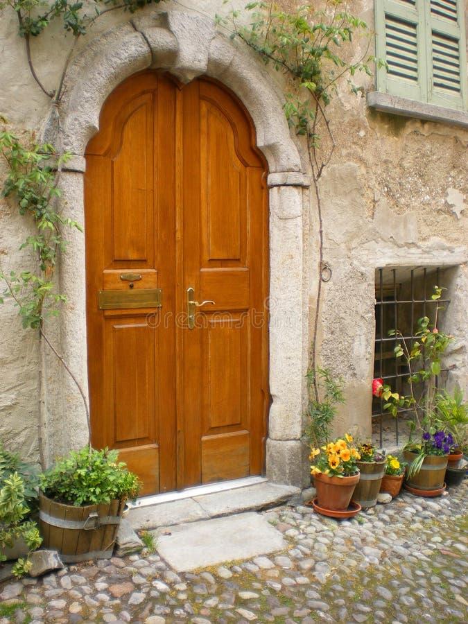 被成拱形的门意大利托斯卡纳别墅 库存照片