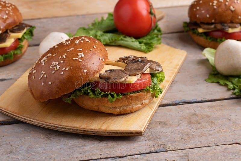 被打开的汉堡用芝麻,素食主义者蘑菇汉堡的成份 图库摄影
