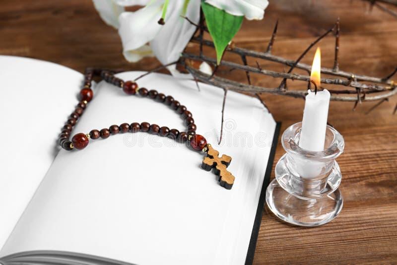 被打开的空白的书,与持有人,念珠的蜡烛 免版税库存图片
