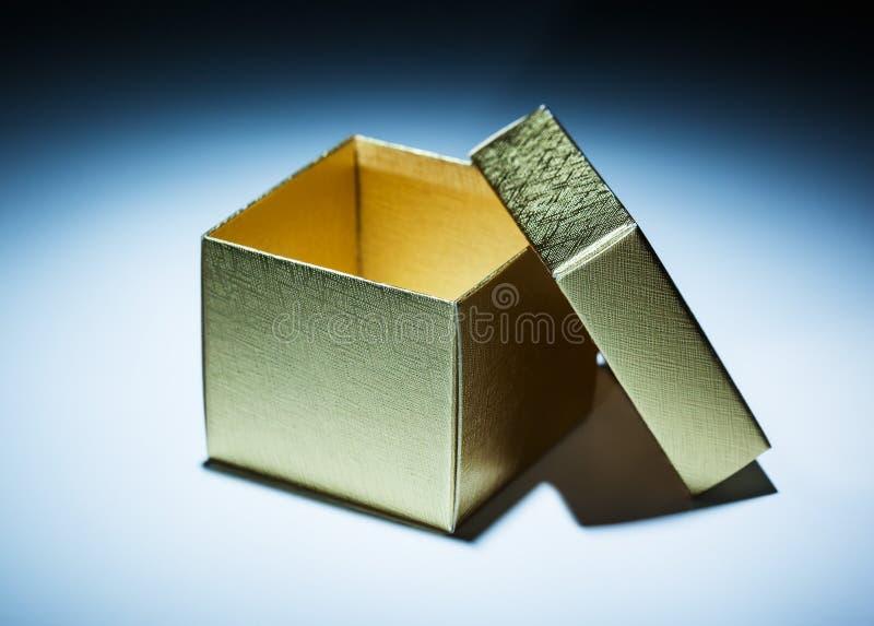 被打开的金黄箱子 库存照片