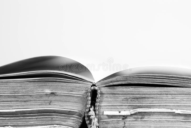 被打开的,老年迈的书页接近在黑白的宏观射击 免版税图库摄影