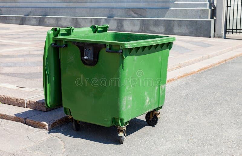 被打开的绿色塑料回收的容器 免版税库存图片