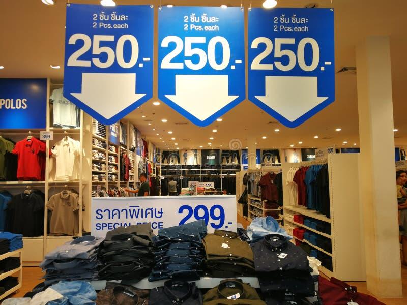 被打折的服装店 免版税库存图片