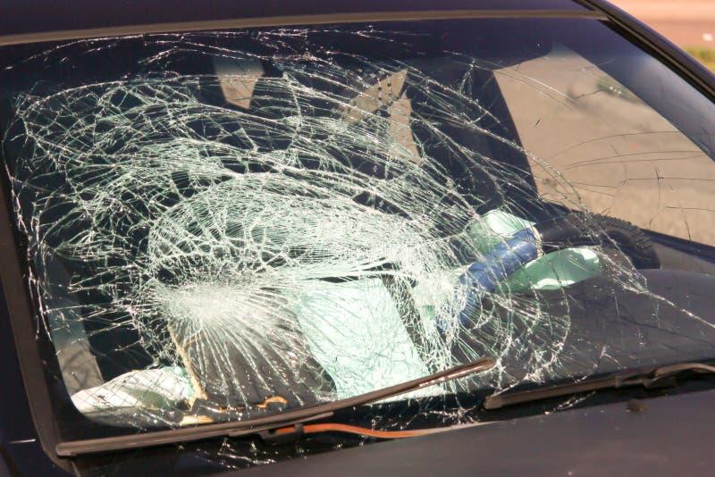 被打碎的汽车挡风玻璃 免版税库存照片