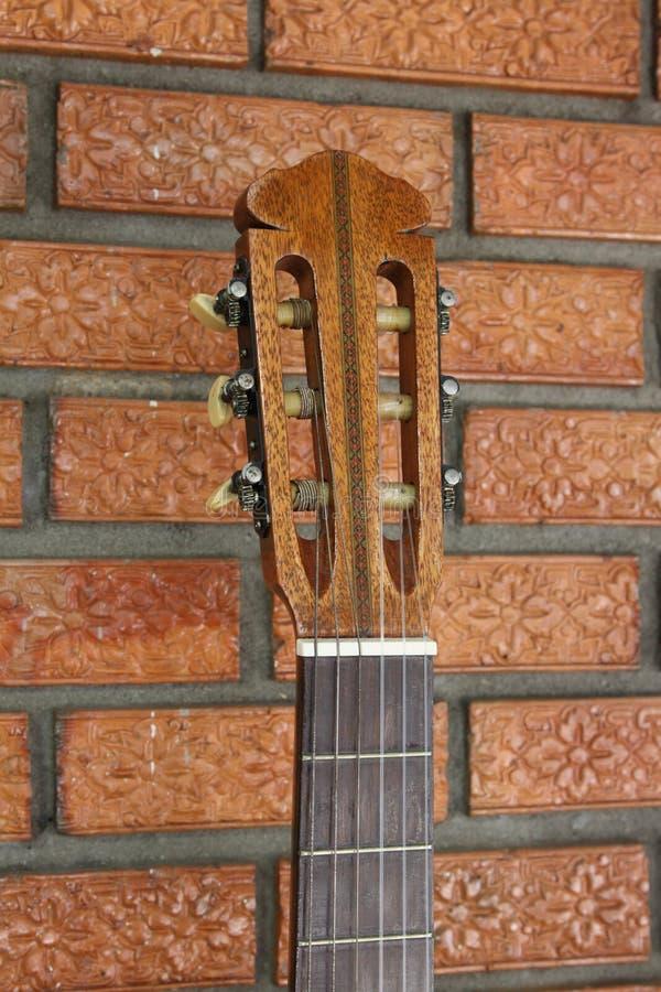 被扶植的西班牙吉他 免版税库存照片