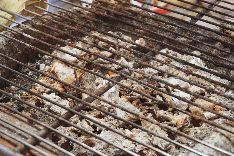 被投入的热的煤炭的火炉格栅烹调的食物 图库摄影