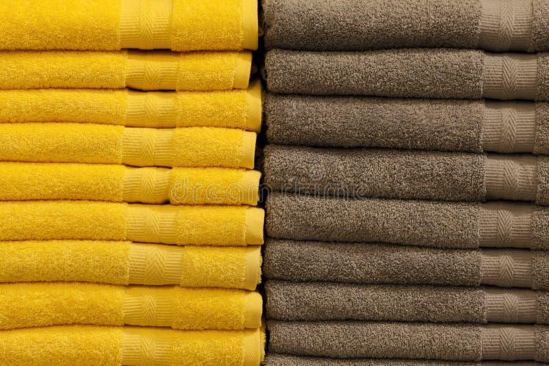 被折叠的堆五颜六色的特里毛巾 商店家 免版税图库摄影