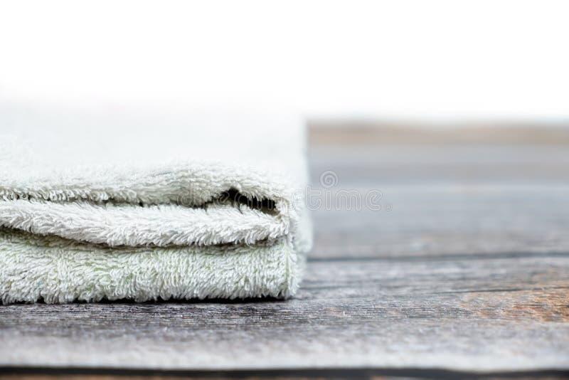 被折叠的棕色毛巾堆用于旅馆或家 图库摄影