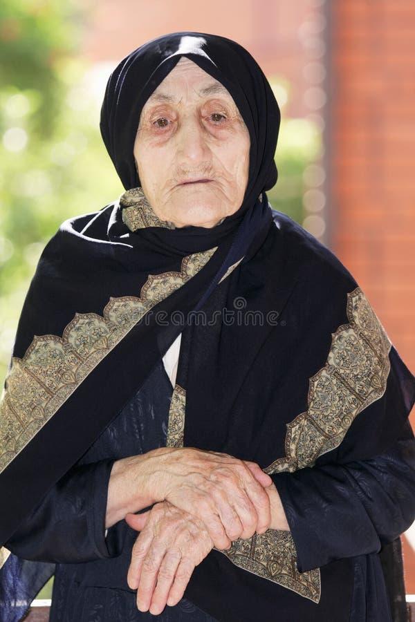 被折叠的现有量前辈妇女 免版税库存照片