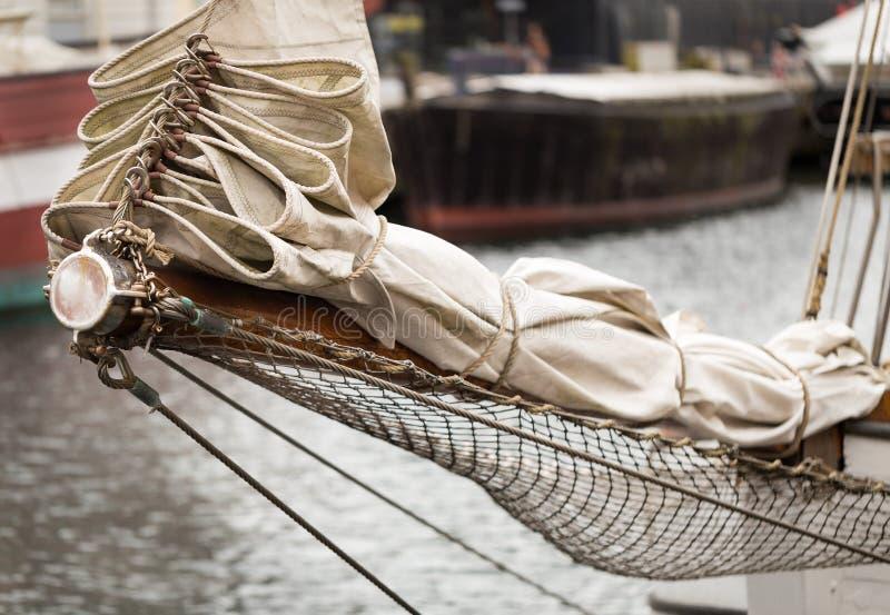 被折叠的风帆和绳索 库存图片