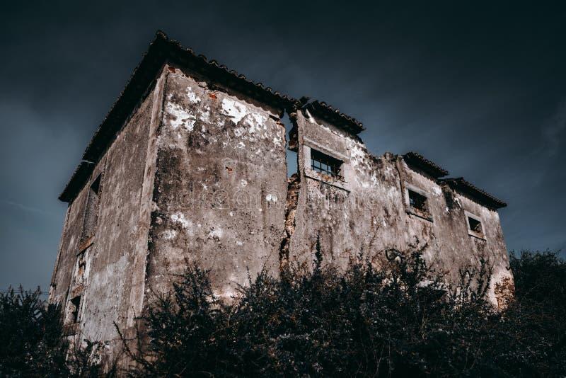被抛弃的老大厦在葡萄牙 免版税库存照片