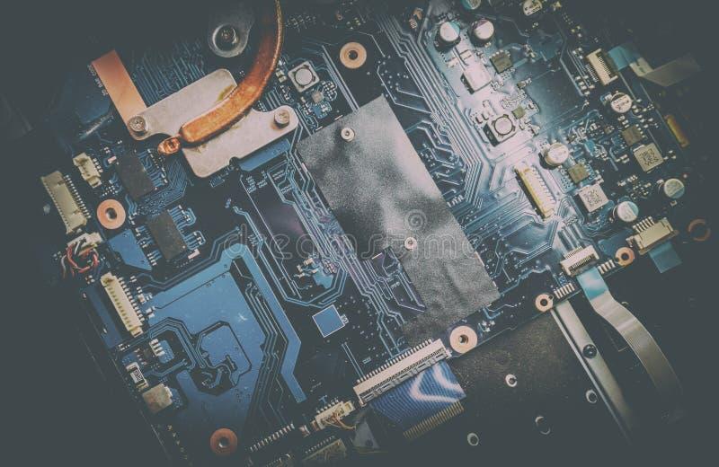 被拆卸的膝上型计算机 有许多电动元件的电路板 免版税库存照片