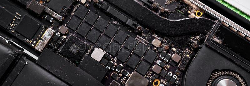 被拆卸的计算机充分的框架全景有全部的尘土特写镜头 库存照片