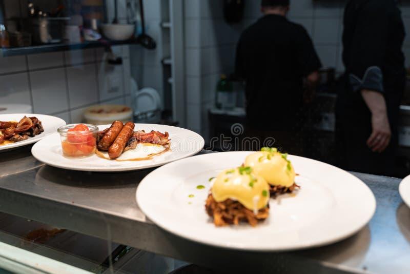被拉扯的猪肉冠上了用荷包蛋和装饰用蛋黄奶油酸辣酱等待调味汁和早餐的香肠服务在a 库存图片