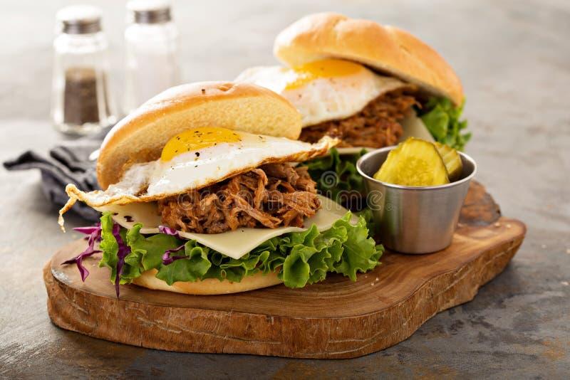 被拉扯的猪肉早餐三明治用煎蛋 库存图片