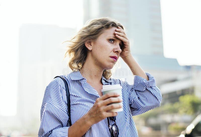 被拉紧的妇女为工作是晚 免版税图库摄影